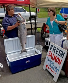 Buying fresh caught salmon near the Columbia river